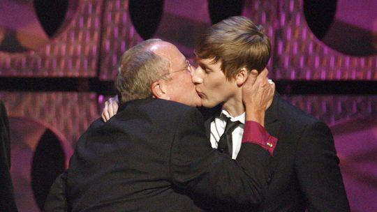 Gene Robinson (links), der erste offen schwul lebende anglikanische Bischof, küsst den Drehbuchautor Dustin Lance Black bei der Verleihung eines Medienpreises in Los Angeles 2009.