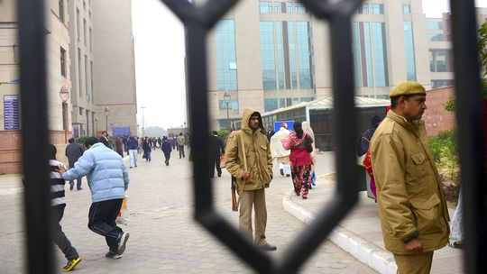 Indische Polizisten stehen vor dem Gericht Saket in Neu Delhi