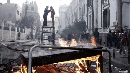 Brandsätze, verkohlte Möbelstücke und Demonstranten auf Kairos Straßen