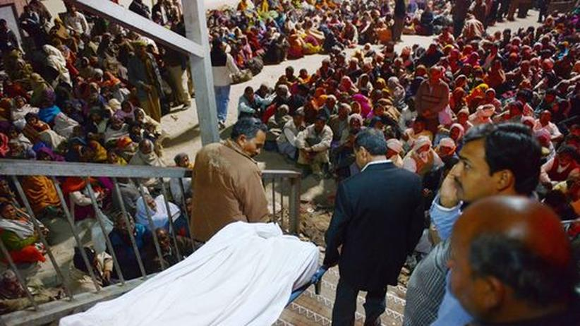 Indien: Überfüllung auf Bahnhof löst Massenpanik bei Pilgerfest aus