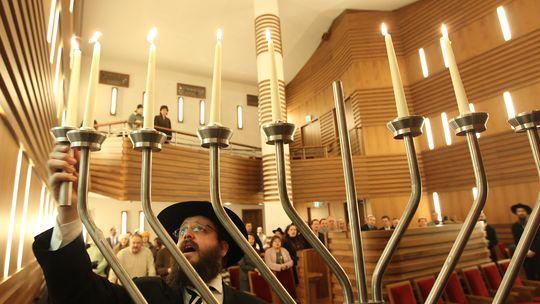 Eine jüdische Gemeinde in Berlin feiert das Chanukka-Fest.