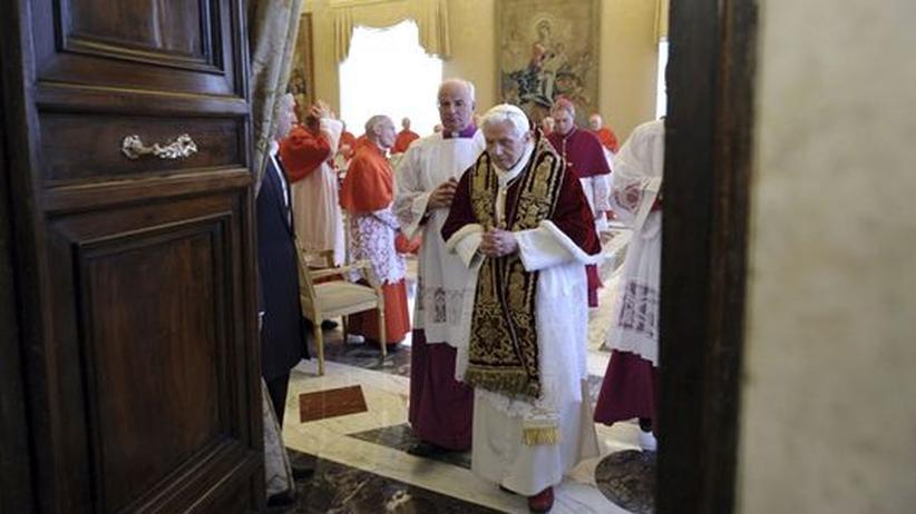 Papst Benedikt XVI. verlässt die Versammlung mit den Kardinälen, auf der er seinen Rücktritt bekannt gab.