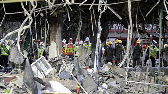 Mexikanische Rettungs- und Sicherheitskräfte vor dem Pemex-Sitz in Mexiko-Stadt am vergangenen Donnerstag
