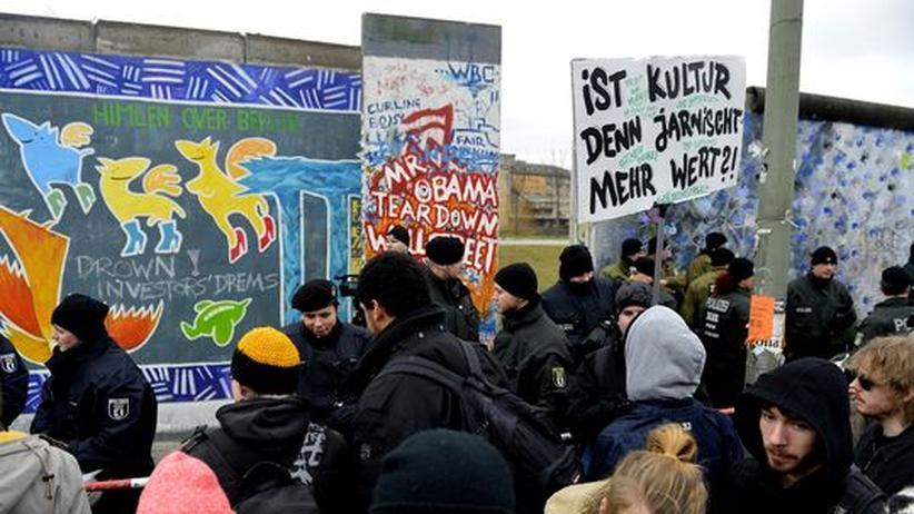 East Side Gallery: Demonstranten vor der East Side Gallery in Berlin. (28. Februar 2013)