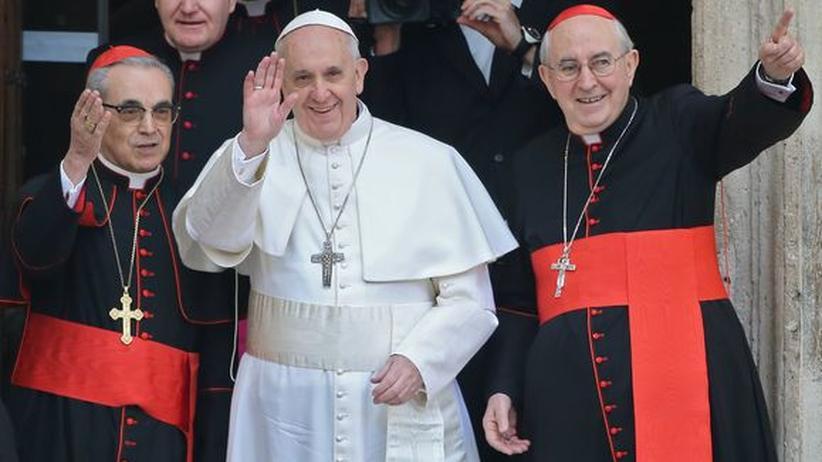 Franziskus: Kardinal Jorge Mario Bergoglio nach seiner Wahl zum Papst (mit dem spanischen Kardinal Santos Abril (l.) und Kardinal Agostino Vallini)