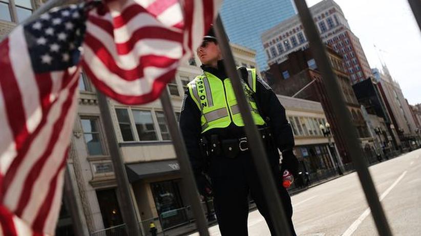 Anschlag in Boston: Polizeibeamter in Boston zwei Tage nach den Anschlägen