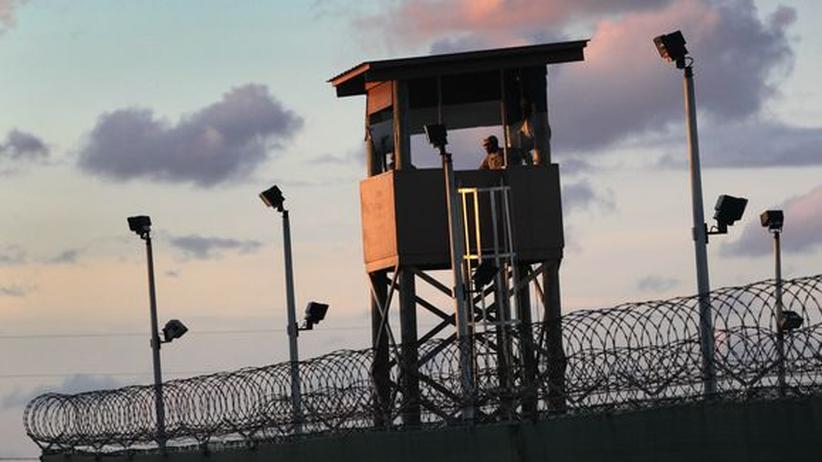 US-Gefängnis: Ein US-Soldat überblickt von seinem Wachturm aus das Areal des Gefangenenlagers Guantánamo auf Kuba.