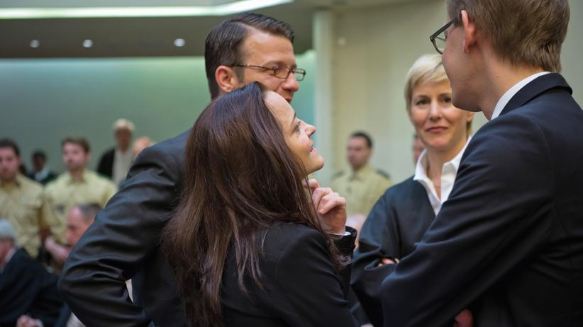 Beate Zschäpe mit ihren Anwälten beim Oberlandesgericht München