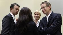 Beate Zschäpe mit den Anwälten Wolfgang Stahl (l.), Anja Sturm und Wolfgang Heer während des NSU-Prozesses am Münchner Oberlandesgericht