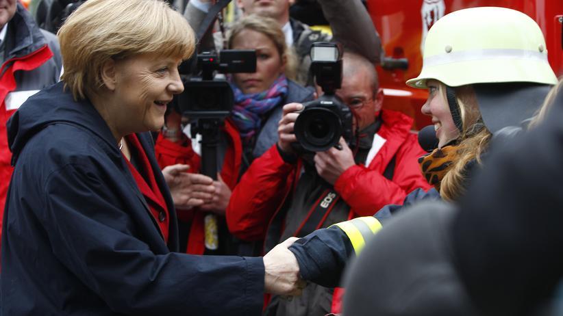 Hochwasserschäden: Kanzlerin Merkel im Gespräch mit Einsatzkräften in Passau
