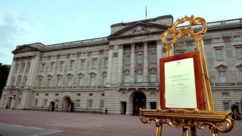 Britisches Königshaus: Es ist ein Junge. Seinen Namen verrät die Tafel vor dem Buckingham Palace nicht.