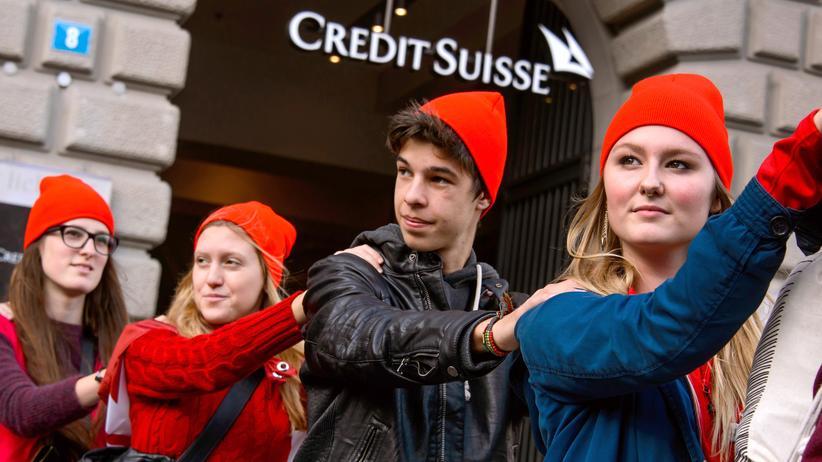 Schweizer Jugend: Mitglieder der Schweizer Jungsozialisten demonstrieren vor einer Credit-Suisse-Filiale in Zürich.