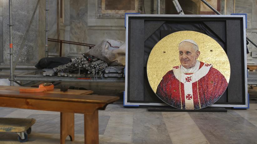 """""""Time""""-Magazin: Ein Mosaik mit dem Bild des Papstes in der römischen Basilika St. Paul"""