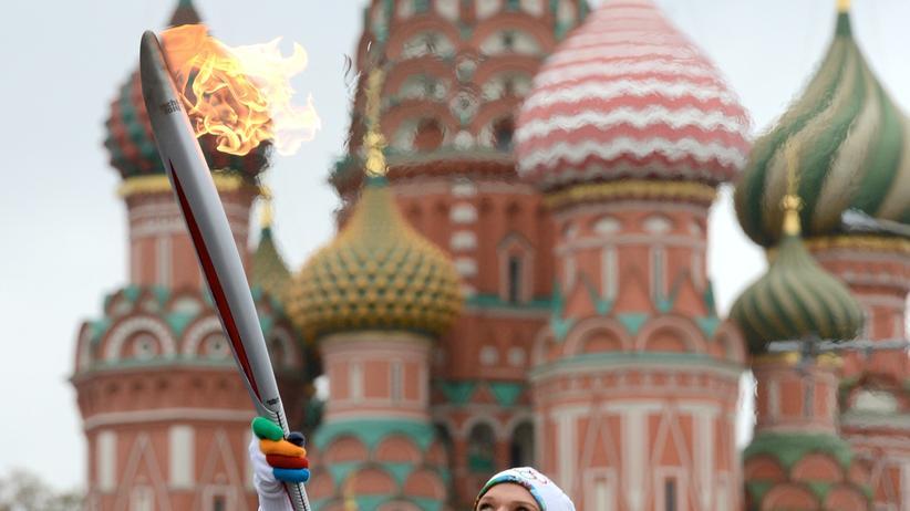 Olympische Spiele: Kunstturnerin Svetlana Khorkina mit der olympischen Fackel in Moskau