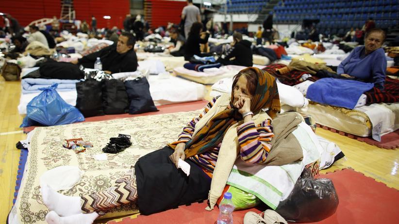 Evakuierte Einwohner aus Obrenovac in einer temporären Unterkunft in Belgrad