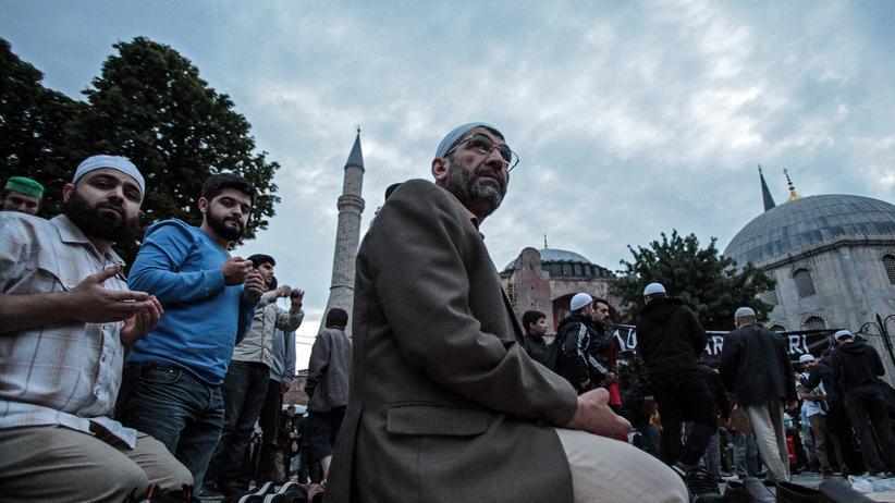 Türkei: Muslime beim Gebet vor der Hagia Sophia in Istanbul am Morgen des 31. Mai