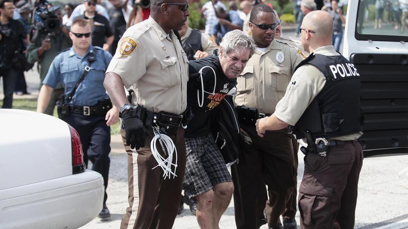 Michael Brown: Ein Demonstrant wird am Montag in Ferguson von der Polizei festgenommen.