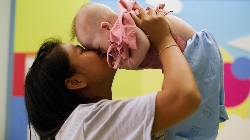 Kinderwunsch: Eine thailändische Leihmutter mit dem von ihr geborenen Baby