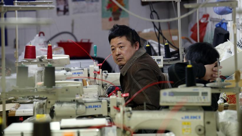 Chinesen in Italien: Chinesische Arbeiter in einer Textilfabrik in Prato während einer Polizeikontrolle