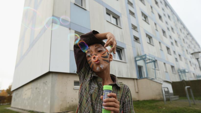 Asylrecht: Ein Junge vor einem Asylbewerberheim in Wolgast