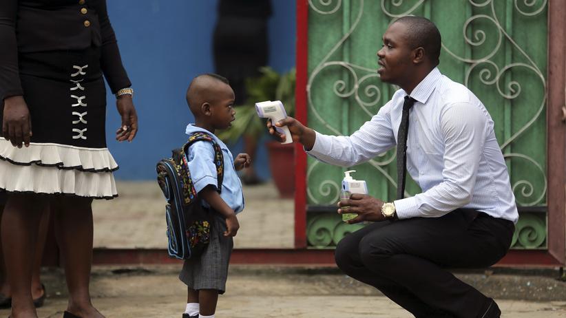 Ebola in Westafrika: Fiebermessung in einer Schule in Lagos, Nigeria