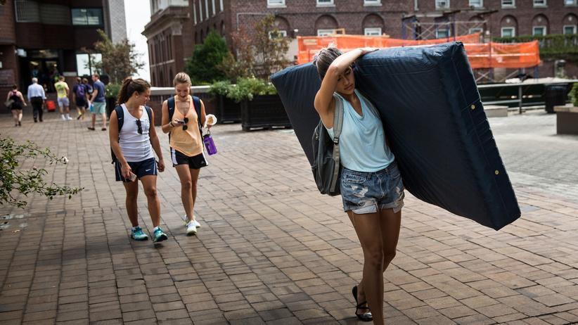 Studenten in Kalifornien: Die Studentin Emma Sulkowicz machte mit ihrem Matratzen-Protest auf sexuelle Gewalt an US-Universitäten aufmerksam