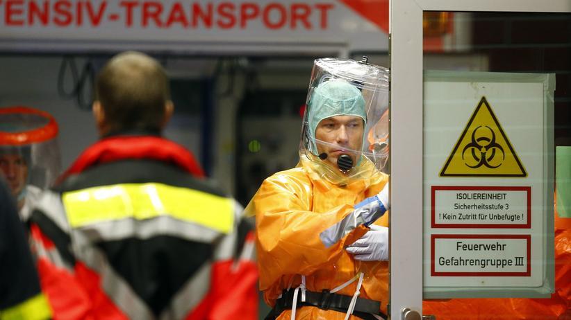 Mitarbeiter des Frankfurter Universitätsklinikums bei der Ankunft des Ebola-Patienten aus Westafrika