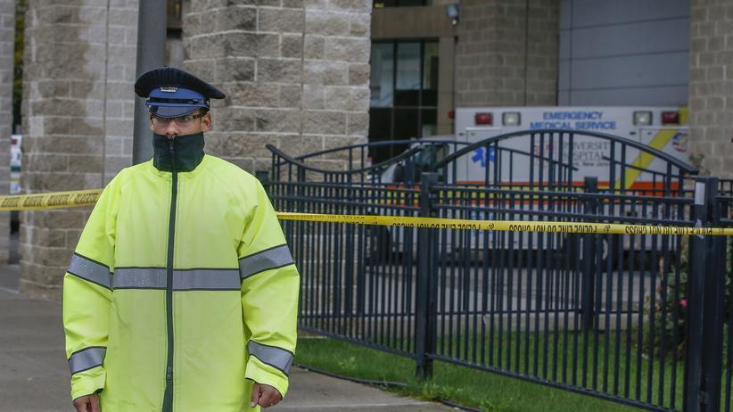 Ein Security-Mitarbeiter bewacht einen Eingang des Universitätskrankenhauses in Newark, New Jersey, in dem die Krankenschwester negativ auf Ebola getestet wurde.