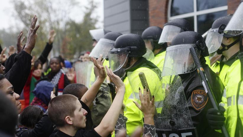 Michael Brown: Professor Cornel West wird von Polizisten abgedrängt.