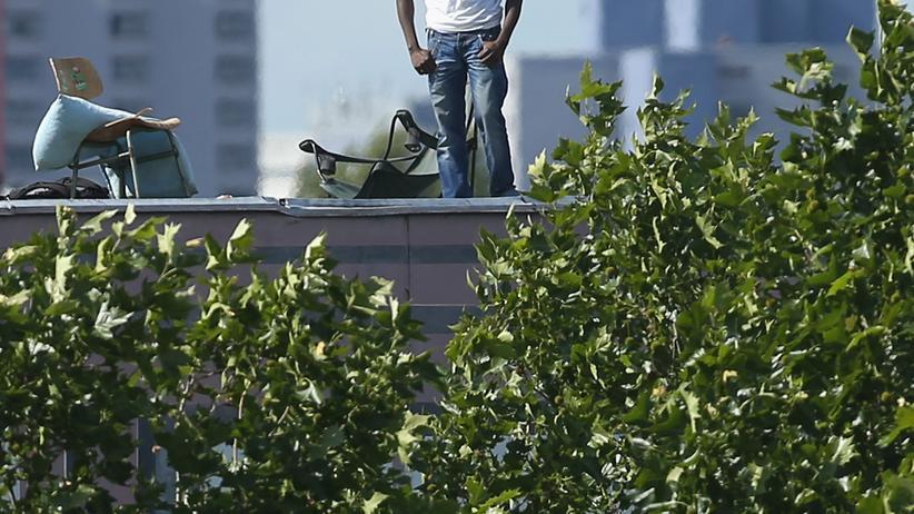 Ein Flüchtling auf dem Dach der Gerhart-Hauptmann-Schule in Berlin-Kreuzberg (Archiv)