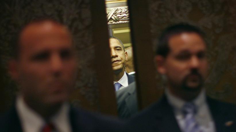 USA: Secret-Service-Agenten bewachen Barack Obama vor einem Aufzug bei seinem Berlin-Besuch als Präsidentschaftskandidat im Jahr 2008.