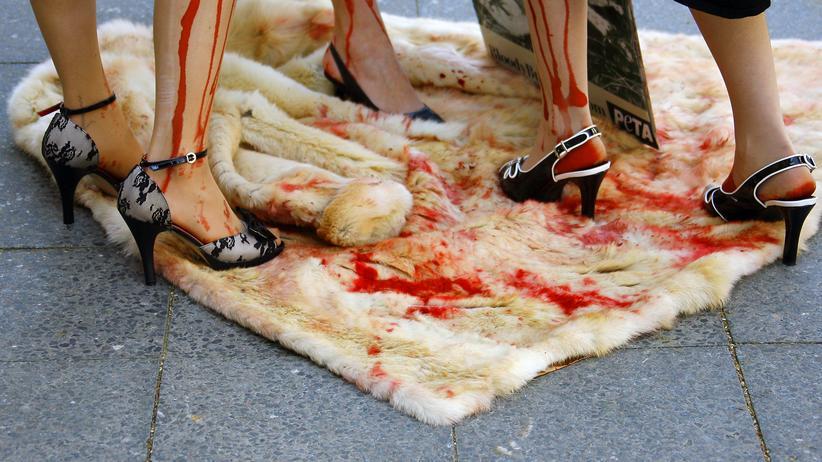 Schon wenn die Tierschutzorganisation PETA gegen die Pelzindustrie demonstriert, sind die Bilder oft drastisch wie hier 2007 in Berlin. Militante Tierrechtler gehen aber noch weiter.