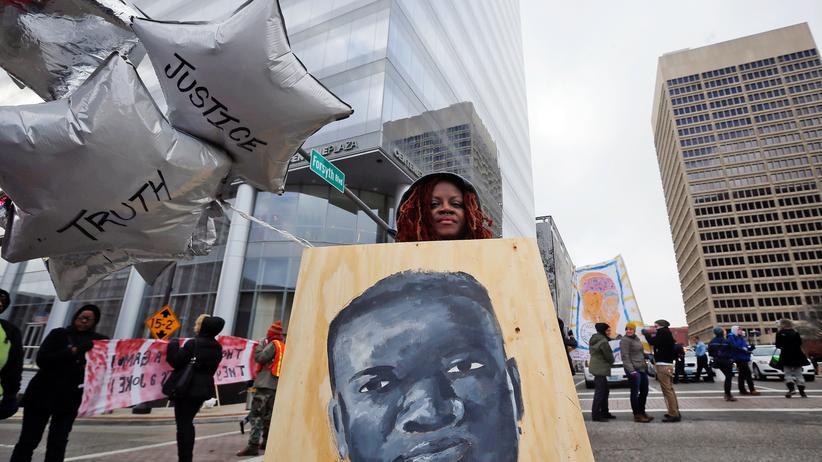 USA: Demonstranten warten in Clayton, Missouri, auf die Entscheidung des dortigen Gerichts im Fall Michael Brown, 17.11.2014