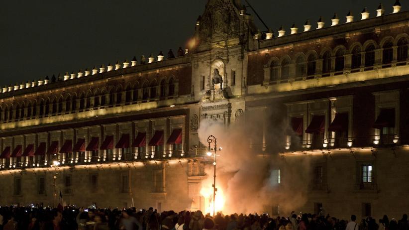 Mexiko: Demonstranten setzen den Eingang des Nationalpalastes in Mexiko-Stadt kurzzeitig in Brand.