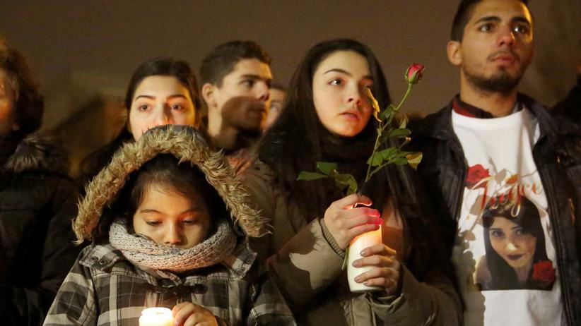 Zivilcourage: In Offenbach versammelten sich Trauernde vor der Klinik, um Abschied von Tuğçe A. zu nehmen.