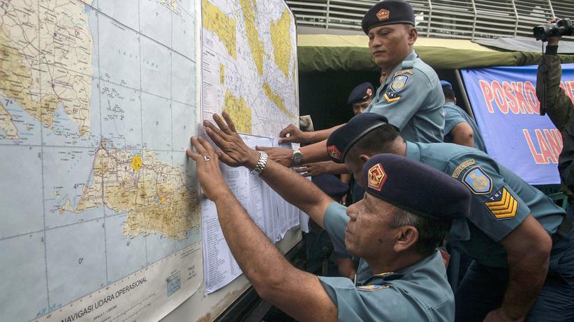 AirAsia: Suchmannschaft sichtet Gegenstände im Meer