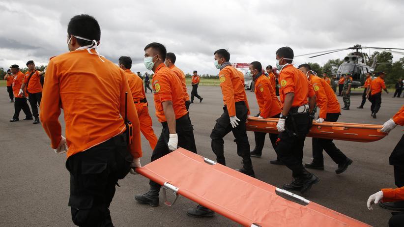 QZ8501: Spezialisten orten vermutlich Rumpf von AirAsia-Maschine