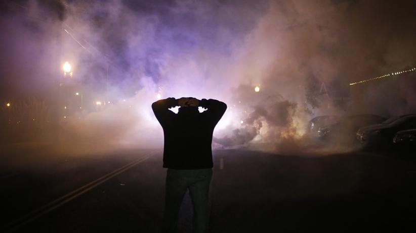Ein Demonstrant bei Ausschreitungen in Ferguson