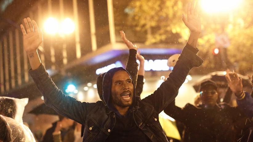 Mit erhobenen Händen protestieren Menschen in New York in der Nacht auf Freitag gegen Polizeigewalt.