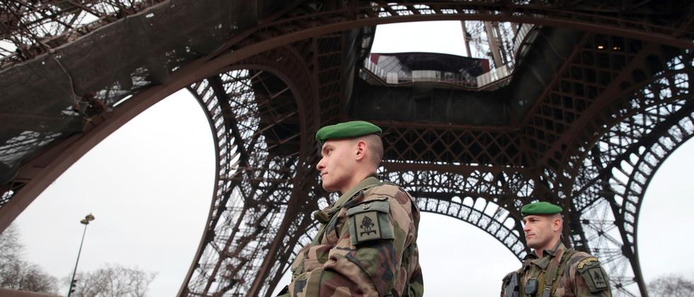 Französische Soldaten patrouillieren vor dem Eifel-Turm