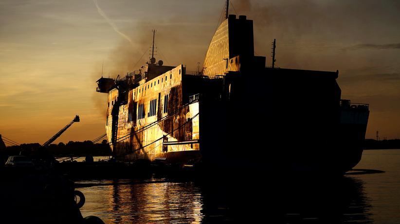 """""""Norman Atlantic"""": Italienische Feuerwehrleute untersuchen die Norman Atlantic im Hafen von Brindisi."""