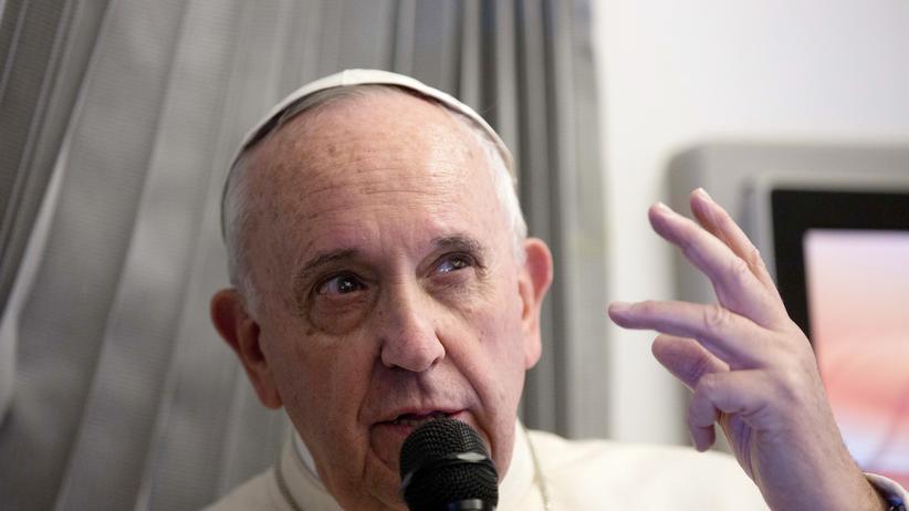 Papst Franziskus bei einer Pressekonferenz während seiner Asienreise