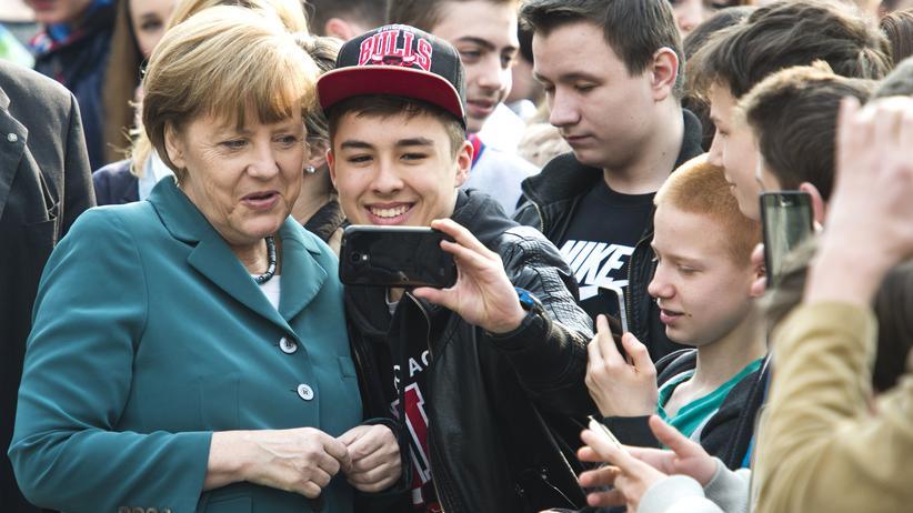 Medien: Berliner Schüler machen ein Selfie mit der Kanzlerin.