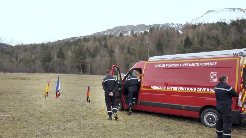 Flugzeugunglück: In der Nähe des Unglücksorts sind eine deutsche, eine französische und eine spanische Flagge aufgebaut.
