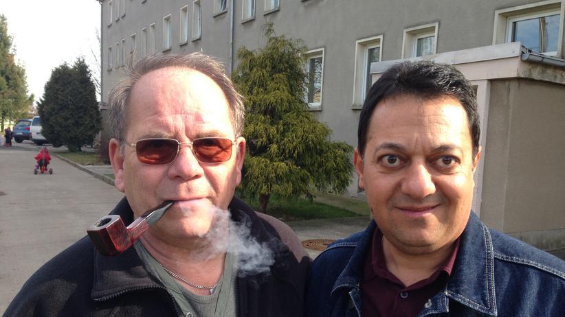 Joachim Möhler (links) mit einem iranischen Asylbewerber vor der Unterkunft in Perba