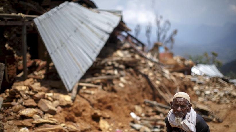Himalaya-Beben: Ein Bewohner von Gorkha geht an Trümmern des bei dem Beben verwüsteten Dorfes vorbei.