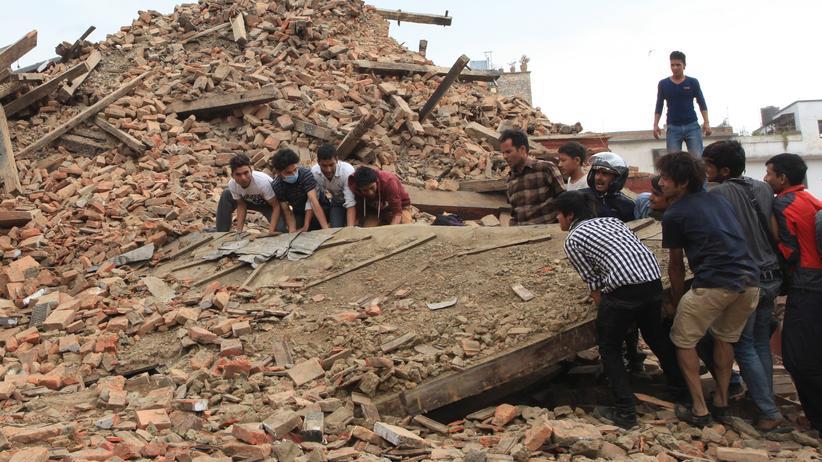 Erdbeben im Himalaya: Internationale Helfer auf dem Weg nach Nepal