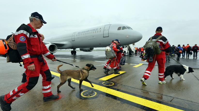 Mitglieder des niederländischen Such- und Rettungsteams auf dem Flughafen von Eindhoven vor der Abreise nach Nepal