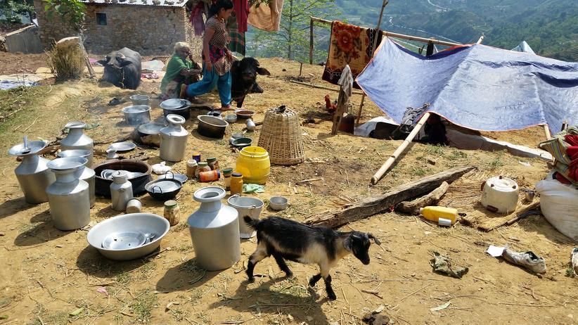 Nepal: Bewohner des nepalesischen Bergdorfs Ghale Ghati leben unter freiem Himmel, seit das Erdbeben ihre Häuser zerstört hat.