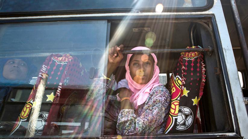 Ein Rohinga-Mädchen sitzt in einem Bus, auf dem Weg zu einem Flüchtlingslager in Indonesien